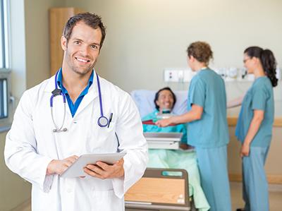 Bajo la Ley Marítima Estadounidense, los propietarios y operadores de barcos tienen la obligación legal de proveer asistencia médica sin costo para tripulantes lesionados, o enfermos, durante el servicio del barco.
